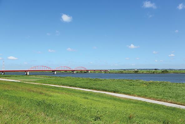 神崎大橋を望む利根川河川敷