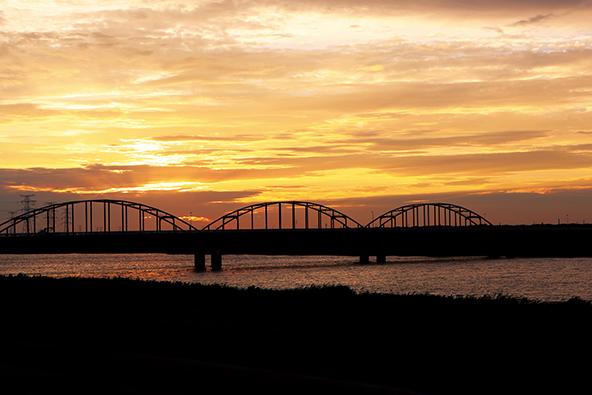 夕焼けに浮かぶ神崎大橋